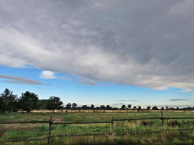 2018-08-11 Lüchow, jenseits des Gartenzaunes, morgens 9h30, durchziehende Regenwolken
